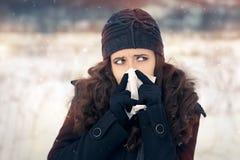 Frau mit Gewebe außerhalb des Winters der Gefühls-schlimmen Erkältung Stockbild