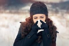 Frau mit Gewebe außerhalb des Winters der Gefühls-schlimmen Erkältung Lizenzfreie Stockfotografie