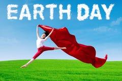 Frau mit Gewebe und Tag der Erde-Text Stockbilder