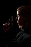 Frau mit Gewehr in der Dunkelheit Stockfotografie