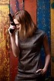 Frau mit Gewehr, Nacht, im Freien Stockbild