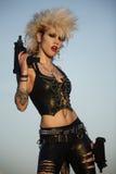 Frau mit Gewehren Lizenzfreies Stockfoto