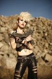 Frau mit Gewehren stockbilder