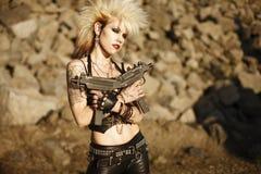 Frau mit Gewehren stockbild
