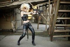 Frau mit Gewehren stockfoto