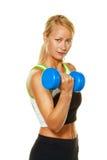 Frau mit Gewichten bei der Ausbildung für Stärke Lizenzfreie Stockfotos