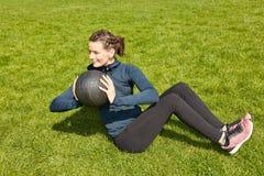 Frau mit gewichtsball Lizenzfreie Stockfotos