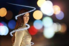 Frau mit gewirbelter Leuchte Stockfoto