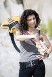 Frau mit Gitarre über Schulter auf Hintergrund Stockfotos