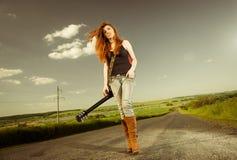 Frau mit Gitarre an der Autobahn stockbild