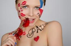 Frau mit Gläsern auf Thema von Frankreich und von Paris Lizenzfreies Stockfoto