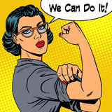 Frau mit Gläsern können wir es tun die Energie von Feminismus Stockbild