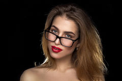 Frau mit Gläsern und den roten Lippen im Studio Stockfoto
