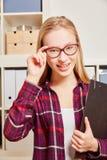 Frau mit Gläsern und einem Klemmbrett Lizenzfreie Stockfotos