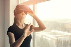 Frau mit Gläsern virtueller Realität Zukünftiges Technologiekonzept Moderne Bildgebungstechnologie Lizenzfreies Stockfoto