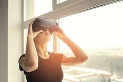 Frau mit Gläsern virtueller Realität Zukünftiges Technologiekonzept Moderne Bildgebungstechnologie Stockbild