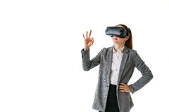 Frau mit Gläsern virtueller Realität Zukünftiges Technologiekonzept Moderne Bildgebungstechnologie Auf einem weißen Hintergrund Stockfotos
