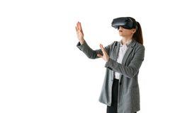 Frau mit Gläsern virtueller Realität Zukünftiges Technologiekonzept Moderne Bildgebungstechnologie Auf einem weißen Hintergrund Lizenzfreies Stockfoto