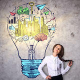 Frau mit Glühlampenskizze Lizenzfreie Stockbilder