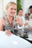 Frau mit Glas Champagner Lizenzfreie Stockbilder