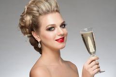 Frau mit Glas Champagner lizenzfreie stockfotografie