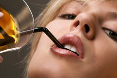 Frau mit Glas des Cocktails Stockfoto