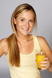 Frau mit Glas Orangensaft Lizenzfreie Stockfotografie
