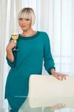 Frau mit Glas Wein Stockbild