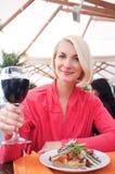 Frau mit Glas Wein Stockfoto