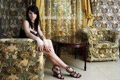 Frau mit Glas Wein in der Vorhalle Stockfotos