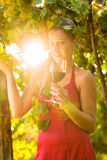 Frau mit Glas Wein im Weinberg Stockbild