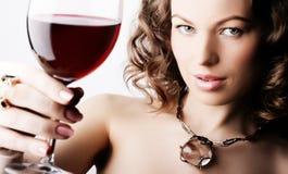 Frau mit Glasrotwein Stockbild