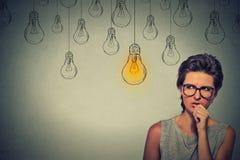 Frau mit Gläsern denkend nach rechter Lösung stark, suchend Stockbilder