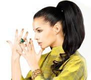 Frau mit goldenen Nägeln und Smaragd des kostbaren Steins Stockfoto