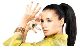Frau mit goldenen Nägeln und Smaragd des kostbaren Steins Lizenzfreie Stockfotos