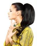Frau mit goldenen Nägeln und Edelsteinsmaragd Stockfotos