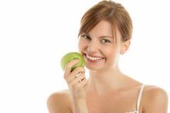 Frau mit grünem Apfel lizenzfreie stockbilder