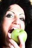 Frau mit grünem Apfel Lizenzfreie Stockfotos