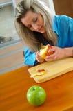 Frau mit grünem Apfel Stockbild