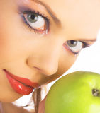 Frau mit grünem Apfel Stockfoto