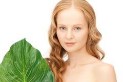 Frau mit grünem Blatt Lizenzfreies Stockbild