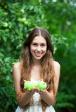 Frau mit grünen Äpfeln stockfotos