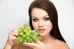 Frau mit grünen Trauben Stockfotos