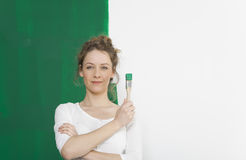 Frau mit grüner Bürste Lizenzfreies Stockbild