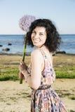 Frau mit Grifffliederblume der dunklen Haare Stockbild