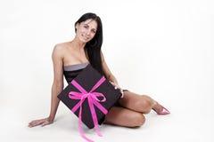 Frau mit großem Geschenkkasten Stockbilder