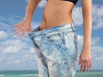 Frau mit großem Jeansgewichtsverlust Stockfoto