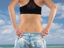 Frau mit großem Jeansgewichtsverlust Stockbild