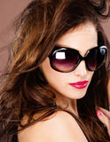 Frau mit großen schwarzen Sonnenbrillen Stockfotografie