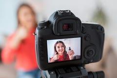 Frau mit Grundlagen- und Kameraaufnahmevideo Stockfoto